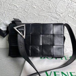 bottega veneta bv 667298 cassette cross body bag 33993 black 1